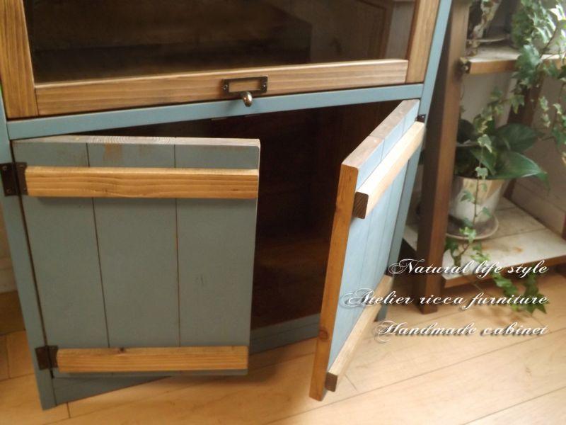 画像3: アンティーク風ブルーグレイのガラスパタ扉キャビネット